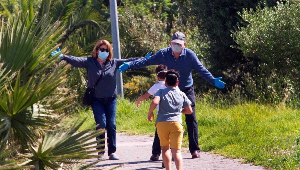 Dos niños corren a los brazos de sus abuelos