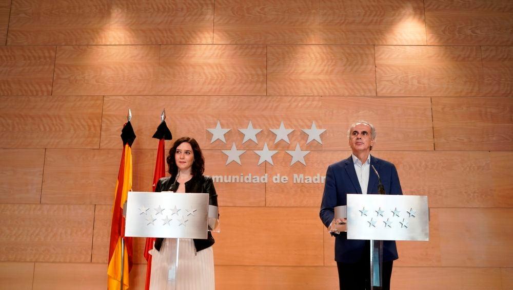 Isabel Díaz Ayuso, junto al consejero de Sanidad, Enrique Ruiz Escudero