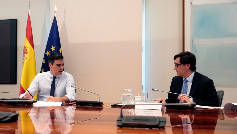 Pedro Sánchez habla con Salvador Illa durante la reunión con los presidentes autonómicos