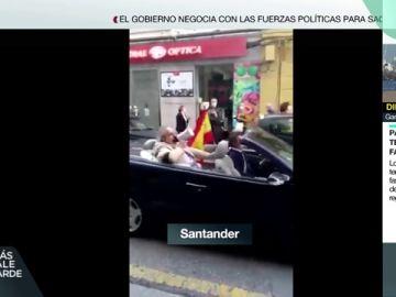 En un descapotable y con chofer: la protesta de un hombre contra el Gobierno en Santander que se ha hecho viral