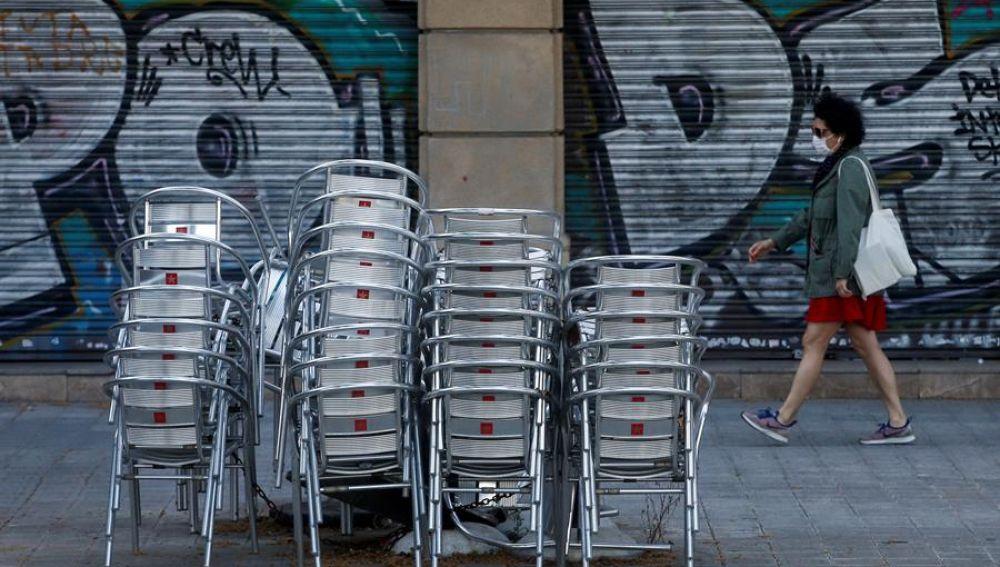 Aspecto de un restaurante cerrado de la Rambla de Cataluña