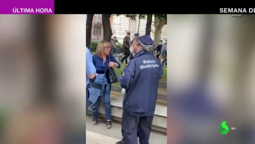 Dos mujeres sin mascarilla forcejéan con la policía italiana por intentar sancionarlas