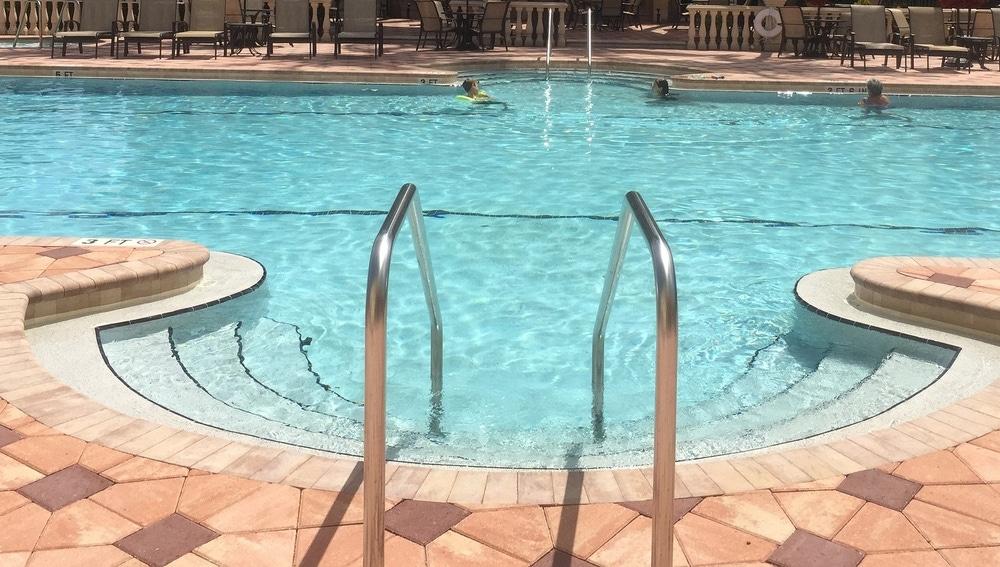 Imagen de una piscina comunitaria.