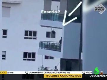 Indignación por la irresponsabilidad de un padre que columpia a su hija desde el balcón de un sexto piso