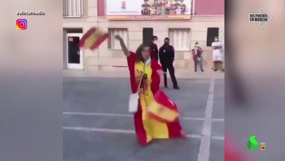 El baile de una mujer recubierta con la bandera de España