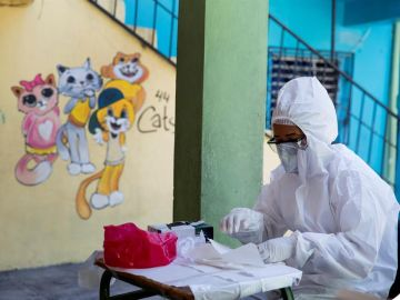 Una especialista toma una prueba rápida de COVID-19 en República Dominicana