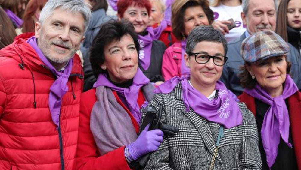 La ministra Isabel Celáa, con guantes