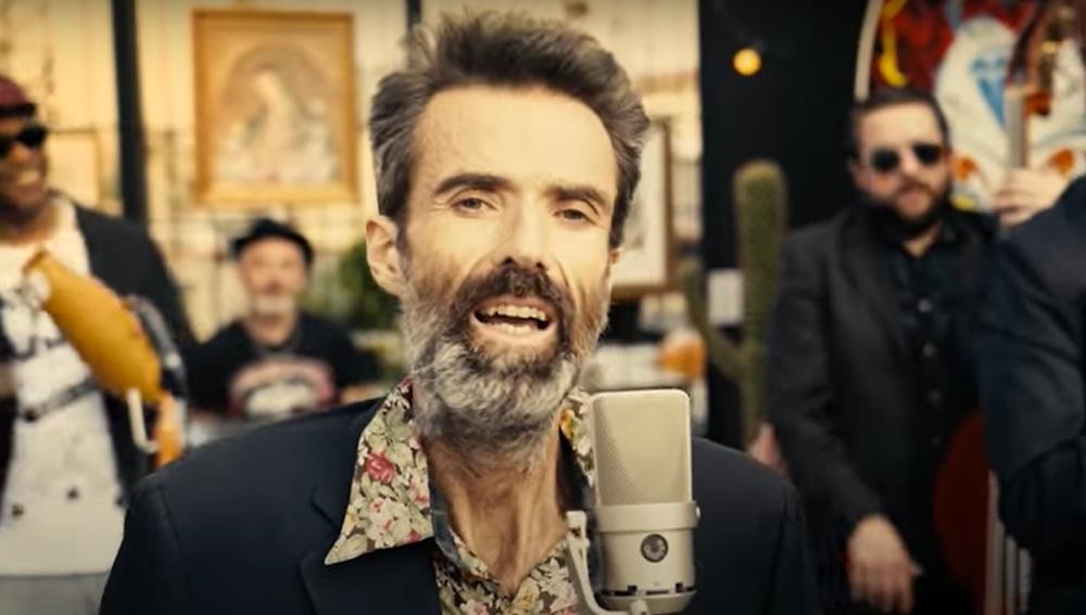 Captura del nuevo videoclip de Jarabe de Palo, 'Eso que tú me das'