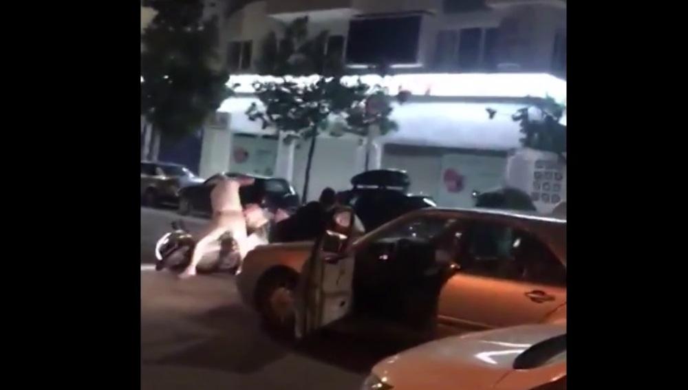 Arrastra a un hombre con su vehículo tras cometer una infracción