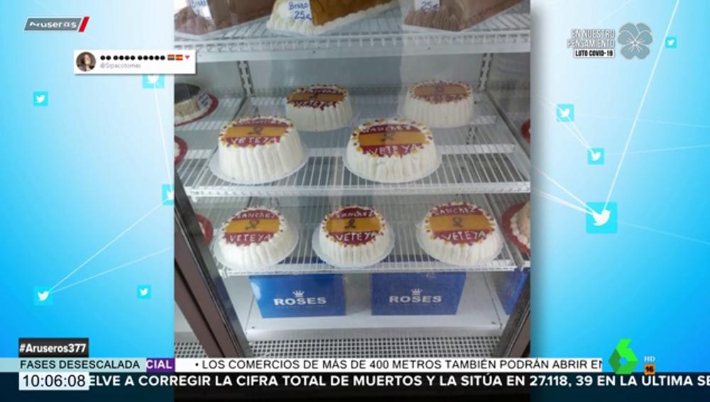 Lluvia de críticas a una pastelería por sus tartas glaseadas con la bandera de España y un: 'Sánchez vete ya'