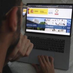 Un hombre bucea en la página web del Servicio de Empleo Público Estatal (SEPE).
