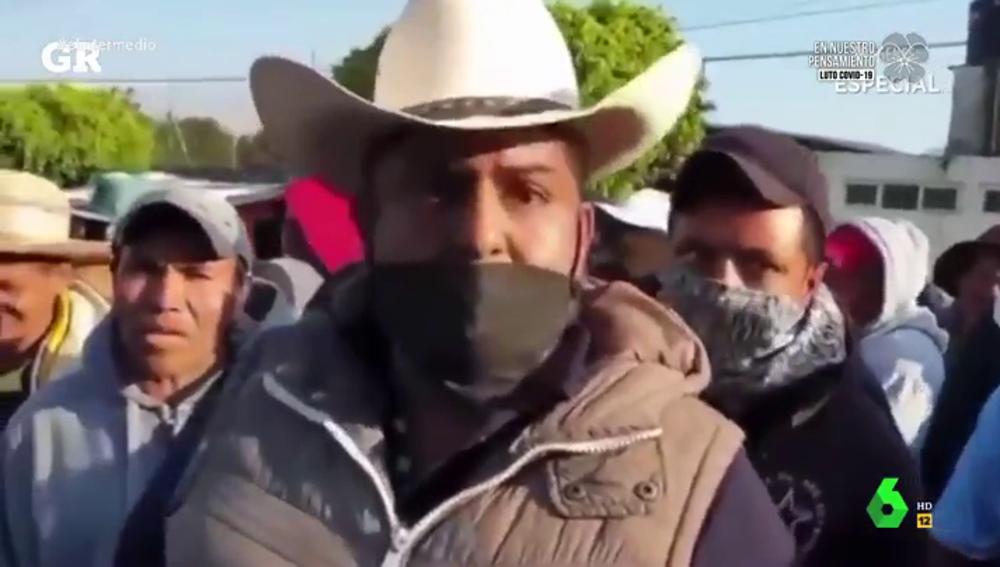 La surrealista reacción de los vecinos de la ciudad mexicana de Zitácuaro cuando piensan que su alcalde les va a fumigar