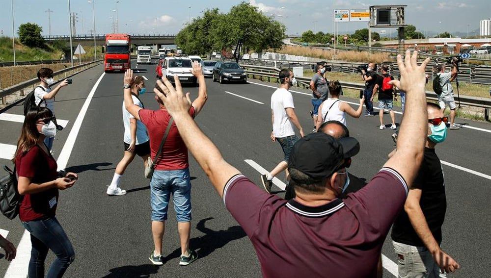 Trabajadores de Nissan en Barcelona cortan la carretera en protesta por el cierre