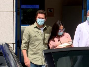 """Malú y Albert Rivera salen del hospital con su hija: """"No podía ser otro nombre que Lucía"""""""