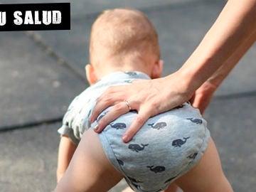 Imagen de archivo de un bebé gateando
