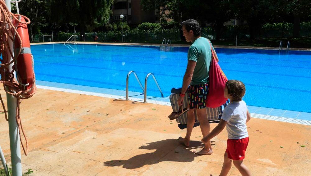 Varios usuarios acceden a una piscina comunitaria de Majadahonda (Madrid)