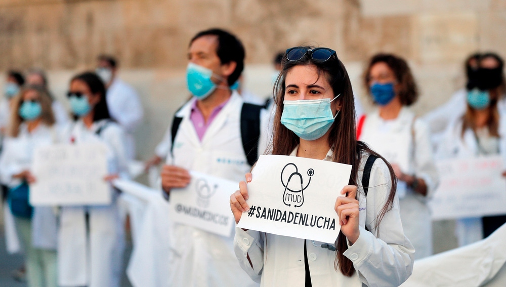 Un centenar de médicos concentran a las puertas de la Generalitat de València