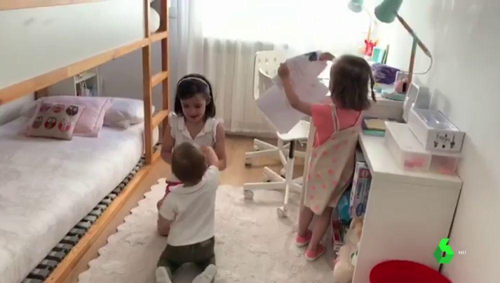 Imagen de tres hermanos jugando