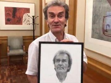 Imagen de Fernando Simón tras recibir un regalo