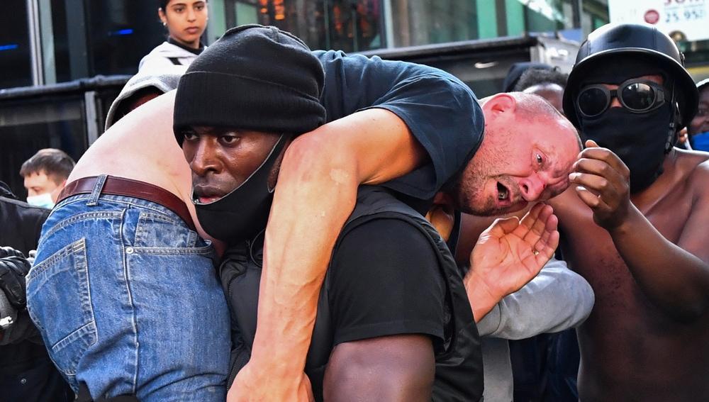 Patrick Hutchinson auxilia a un contramanifestante herido en Londres