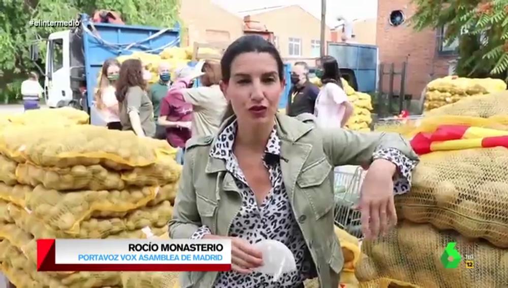 """La surrealista defensa que hace Rocío Monasterio de Colón (entre verduras): """"Mientras tiráis estatuas, repartimos las patatas que él trajo"""""""