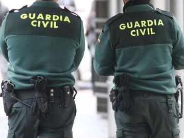 Dos agentes de la Guardia Civil