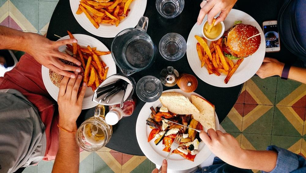 Imagen de archivo de una mesa con comida