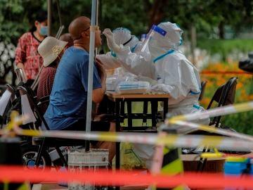 Personal sanitario hace pruebas a los residentes en Pekín, China este jueves tras el brote de coronavirus en su principal centro mayorista de alimentación