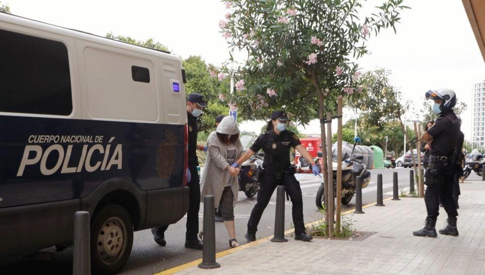 La mujer detenida como principal sospechosa del asesinato de su marido con discapacidad en Godelleta, llegando al Juzgado de Instrucción número 4 de Mislata