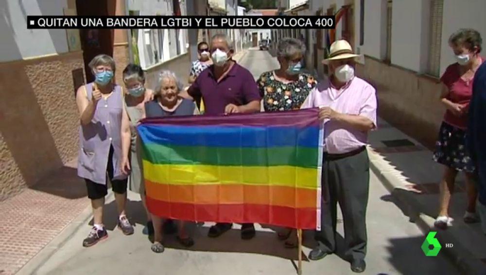 Vecinos de un pueblo de Málaga con la bandera LGTBI