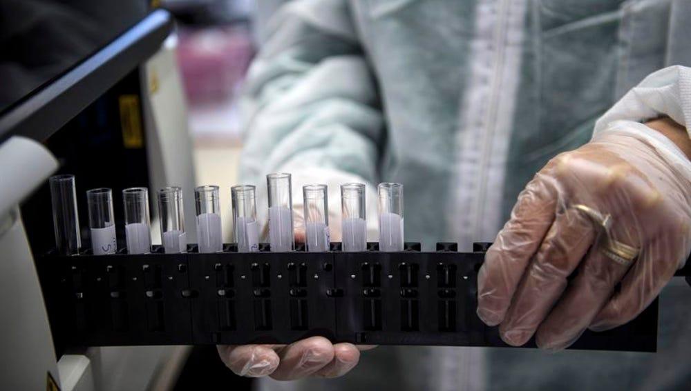 Un médico manipula unas muestras en un laboratorio