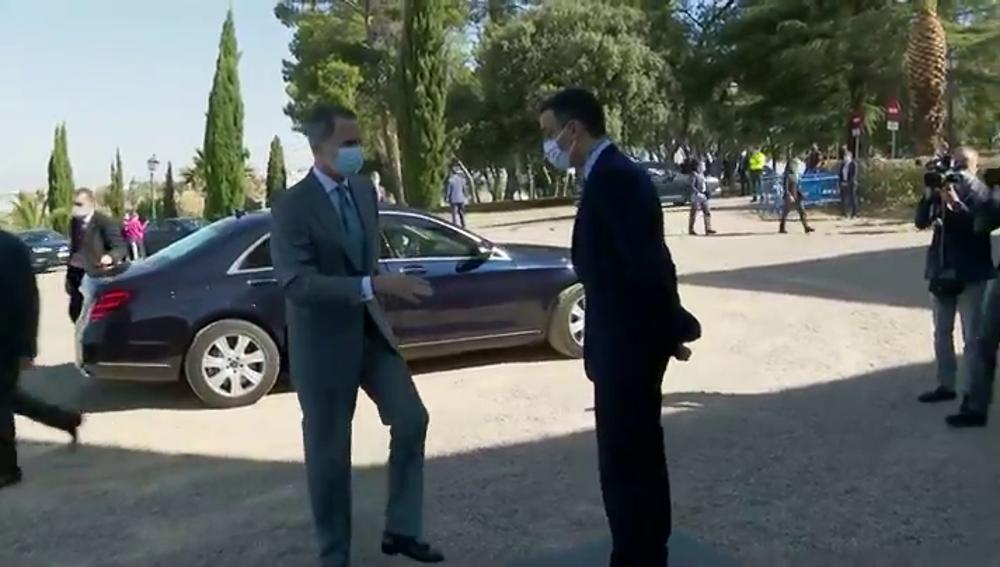 El lapsus del rey Felipe al intentar a saludar a Pedro Sánchez con la mano en la apertura de fronteras con Portugal