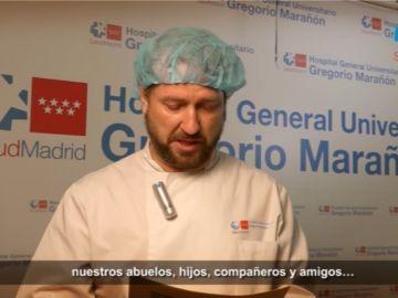 Un sanitario del hospital Gregorio Marañón, leyendo la carta