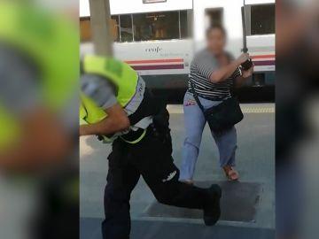 Una mujer agrede a un agente de seguridad con su propia porra
