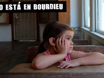 Imagen de una niña en un aula