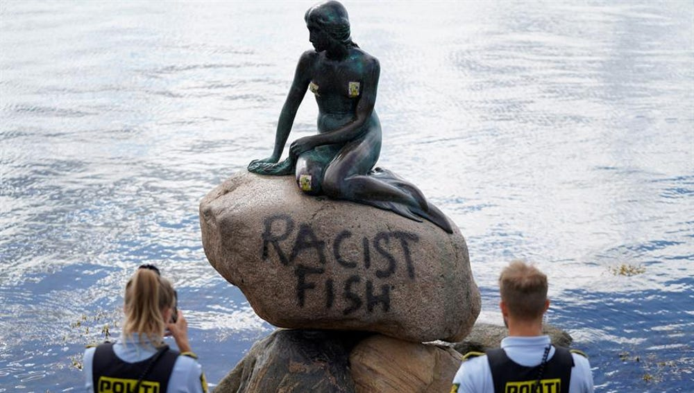 Pintada con el mensaje 'Racist Fish' en La Sirenita de Copenhague.