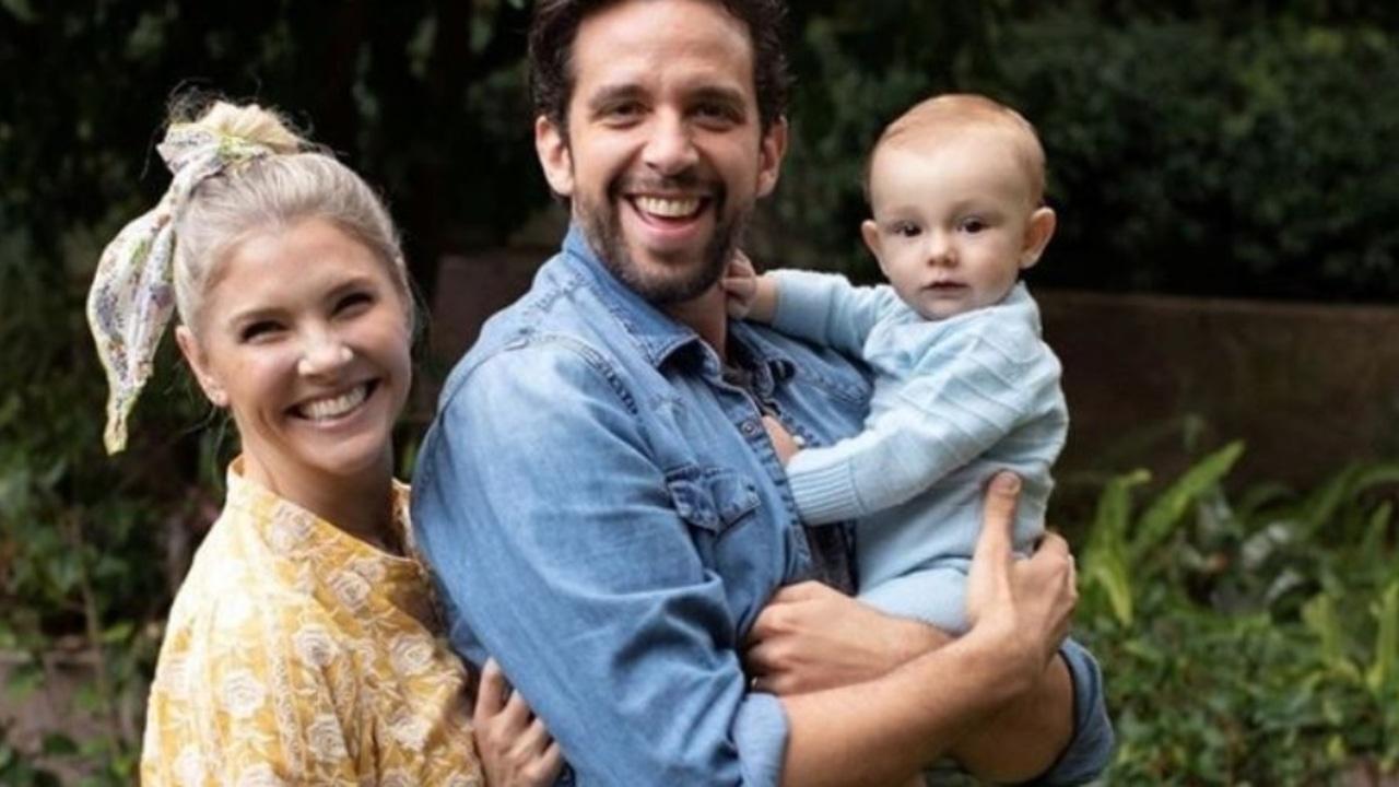 El actor Nick Cordero junto a su mujer y su hijo pequeño