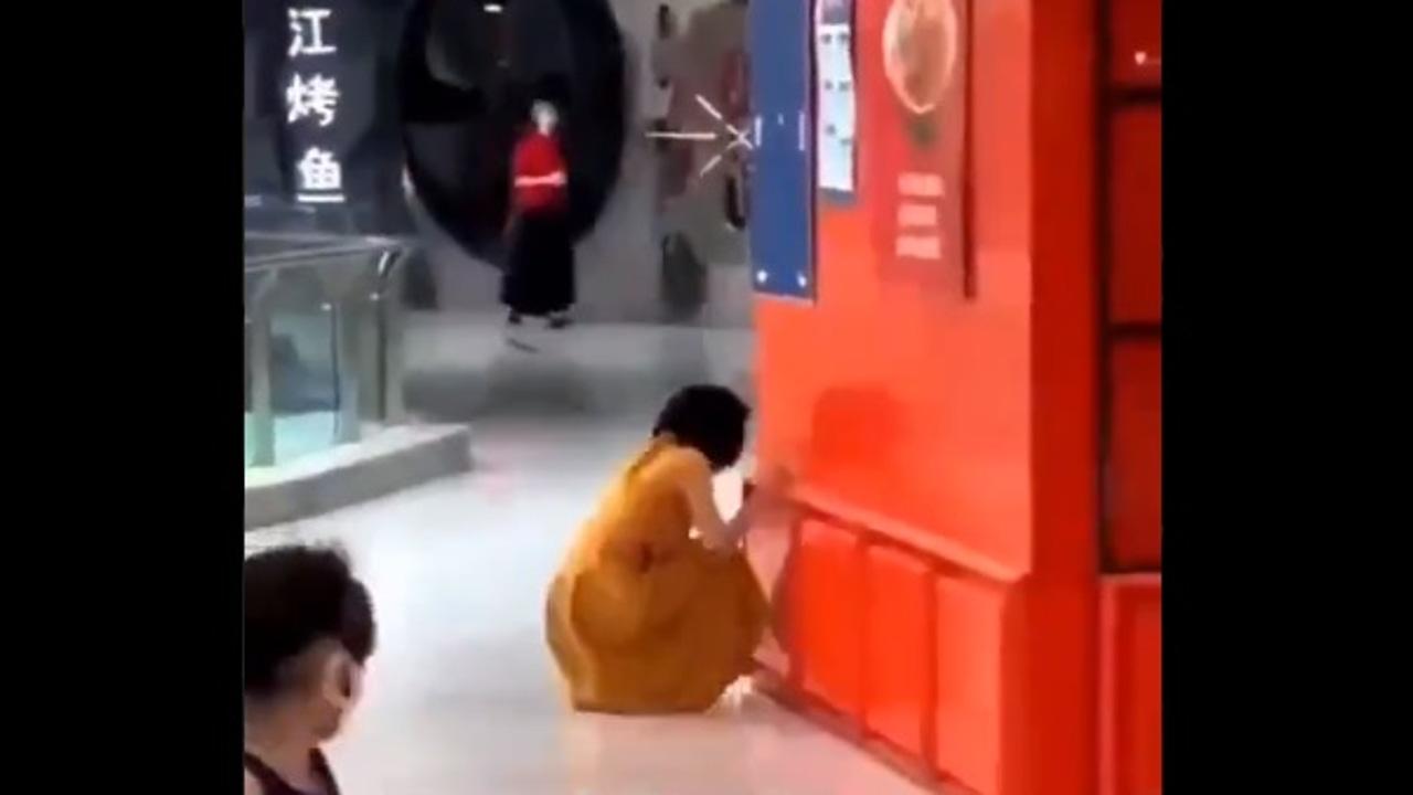 Imagen de la mujer aislada del resto de clientes en el centro comercial