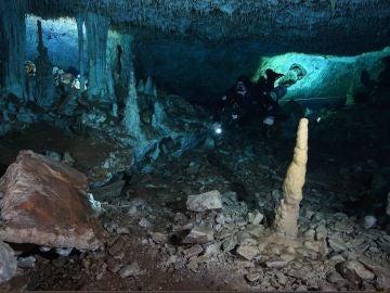 Buceador investigando la cueva de la explotación minera de ocre