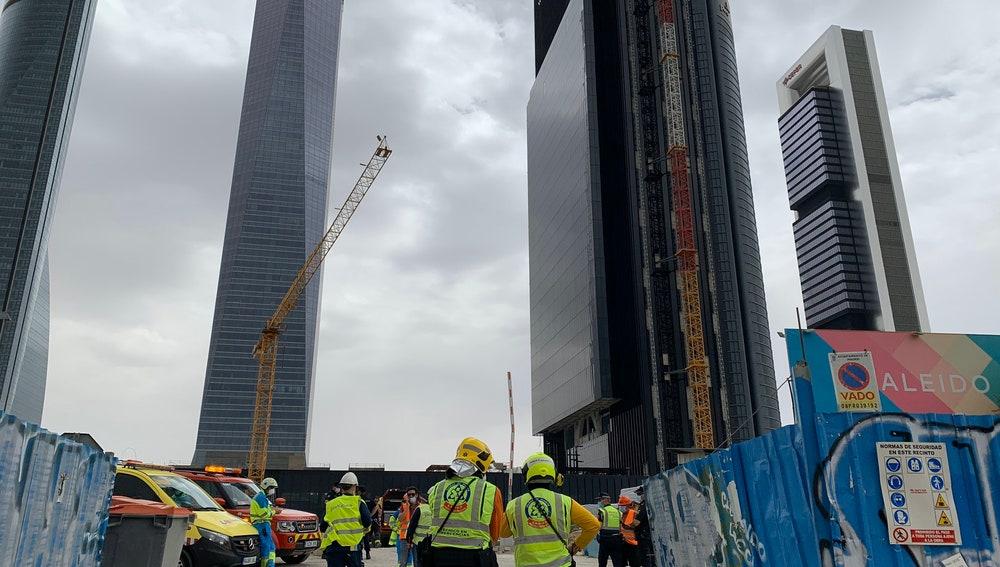 Desalojan la 'quinta torre' del Paseo de la Castellana en Madrid por un escape de gas