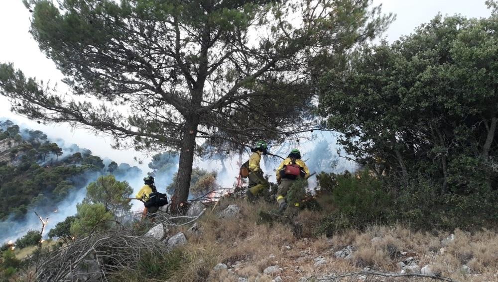 Un operativo de bomberos trabaja en las labores de extinción del incendio