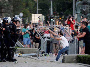 Los manifestantes lanzaron objetos a la Policía frente al Parlamento serbio en Belgrado