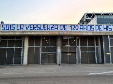 Pancarta en la ciudad deportiva del Espanyol