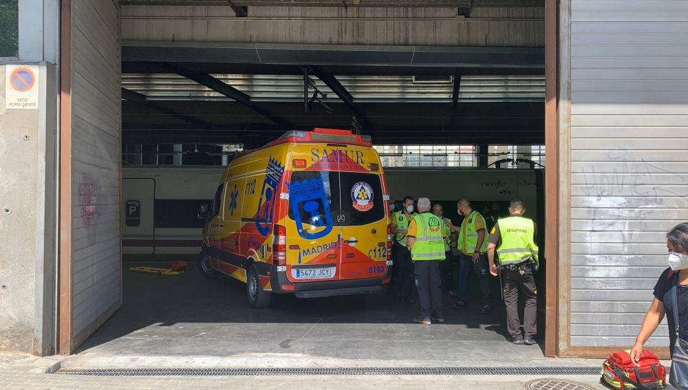 Sanitarios del Samur atendiendo a la joven en la Estación de Atocha