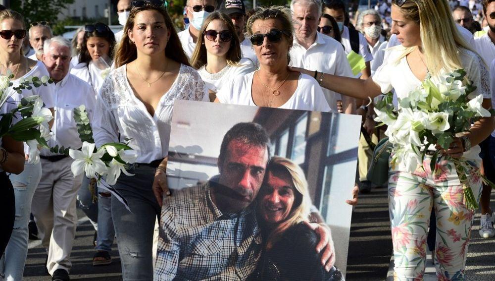 La mujer del fallecido sostiene un retrato junto a su marido durante una marcha en Bayona
