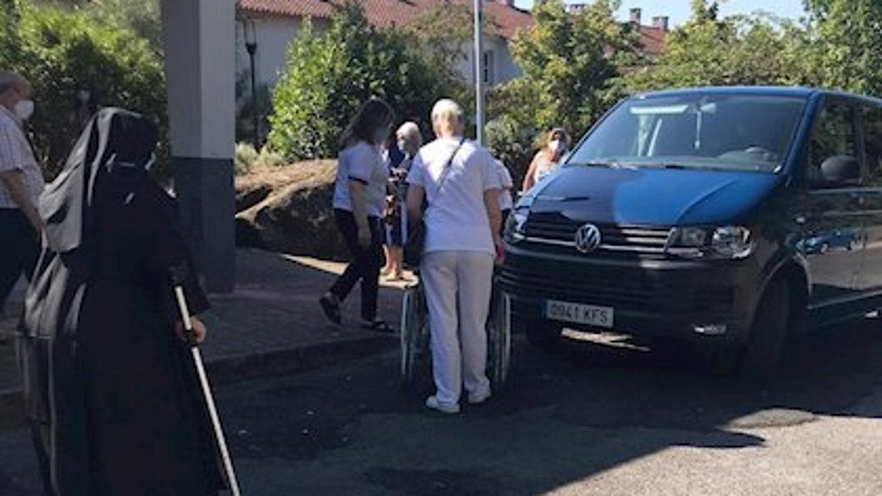 Personas mayores en un colegio de la zona de Rairo en Ourense