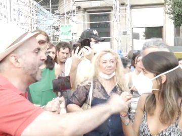 Momento del hostigamiento a la periodista y youtuber Rocío Vidal en una manifestación de negacionistas de la COVID-19