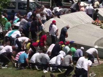 Los familiares de las víctimas del genocidio en Srebrenica homenajean a los fallecidos en el 25 aniversario de la masacre