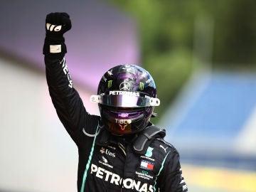 Lewis Hamilton levanta el puño para celebrar su victoria.