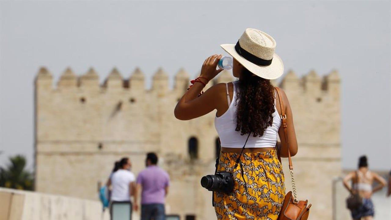 Una mujer pasea por Córdoba
